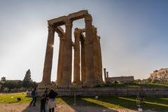 Editoriale, tempio dell'olimpionico Zeus, Atene, Grecia con i turisti immagini stock libere da diritti
