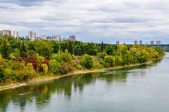 Edmonton från floden Arkivfoton