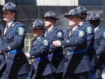 Edmonton-Sheriffs, die in Parade marschieren Lizenzfreies Stockfoto