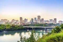 Edmonton som är i stadens centrum efter solnedgång, alberta, Kanada Arkivbild