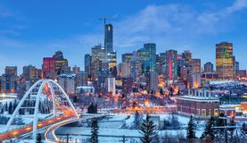 Edmonton W centrum linia horyzontu Zaraz po zmierzchem w zimie obrazy royalty free