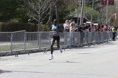 Edna Kiplagat del Kenya durante la maratona di Boston con un momento del 2:21: 17 aprile 2017 52 a Boston [corsa pubblica] fotografia stock
