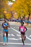 Edna Kiplagat (Kenya) suivie de Diane Nukuri-Johnson (Etats-Unis) courent le marathon de 2013 NYC Images libres de droits