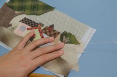 Edredón de costura de la mano de la mujer Fotos de archivo libres de regalías