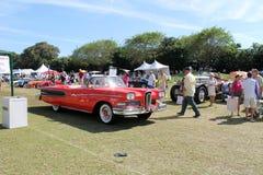 Edsel clásico que conduce en campo Foto de archivo