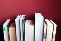 Educação e conceito da leitura Estante para o fundo minimalistic fotos de stock royalty free
