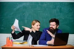 Educa??o escolar Prepare para a li??o da escola Informe anual Professor e supervisor que trabalham junto na sala de aula da escol foto de stock