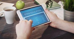Educación app del TRONCO de la ojeada usando el ordenador portátil en el escritorio