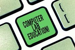 Educación conceptual del laboratorio del ordenador de la demostración de la escritura de la mano Sitio o espacio de exhibición de ilustración del vector