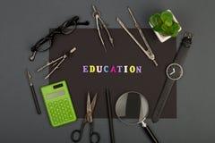 Educación de la arquitectura - papel negro, texto 'educación 'de letras de madera, dirigiendo las herramientas, lupa, lentes fotos de archivo libres de regalías