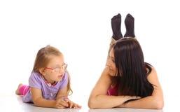 Educación de los niños. Madre que habla con la hija aislada Imagen de archivo libre de regalías