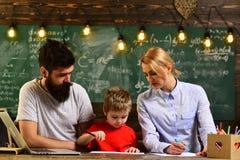 Educación del concepto - de nuevo a escuela en el fondo verde, estudiantes adultos sonrientes durante rotura en interior de la sa Imagen de archivo