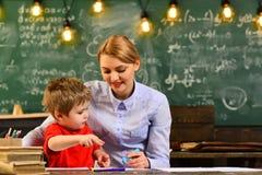 Educación del concepto - de nuevo a escuela en fondo verde, la educación y el concepto casero - estudiante subrayado con los libr imágenes de archivo libres de regalías