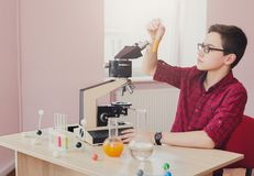 Educación del TRONCO El adolescente hace la investigación química Imágenes de archivo libres de regalías