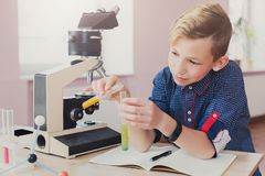 Educación del TRONCO El adolescente hace la investigación química Imagenes de archivo