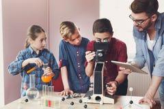 Educación del TRONCO Experimento químico en laboratorio Imagen de archivo libre de regalías