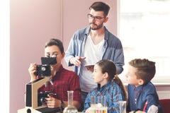 Educación del TRONCO Experimento químico en laboratorio Fotos de archivo libres de regalías