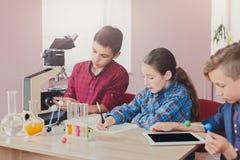 Educación del TRONCO Lección de la química en laboratorio Fotos de archivo