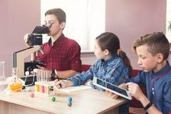 Educación del TRONCO Lección de la química en laboratorio Imagen de archivo