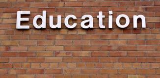 Educación en una pared de ladrillo Imagen de archivo libre de regalías