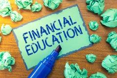Educación financiera del texto de la escritura Significado del concepto que entiende áreas monetarias como finanzas y la inversió imágenes de archivo libres de regalías