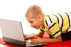 Educación, Internet de la tecnología - niño pequeño con el ordenador portátil foto de archivo