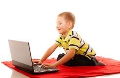 Educación, Internet de la tecnología - niño pequeño con el ordenador portátil imágenes de archivo libres de regalías