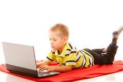 Educación, Internet de la tecnología - niño pequeño con el ordenador portátil Imagen de archivo