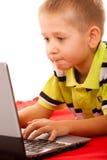 Educación, Internet de la tecnología - niño pequeño con el ordenador portátil imagenes de archivo