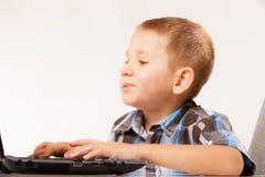 Educación, Internet de la tecnología - niño pequeño con el ordenador portátil fotos de archivo libres de regalías