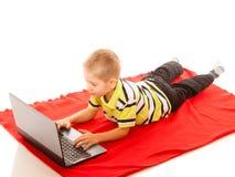 Educación, Internet de la tecnología - niño pequeño con el ordenador portátil Foto de archivo libre de regalías
