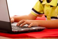 Educación, Internet de la tecnología - niño pequeño con el ordenador portátil fotografía de archivo