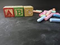 educación mostrada con los bloques de la tiza y del preescolar Fotografía de archivo libre de regalías
