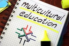 Educación multicultural de la muestra escrita en una libreta foto de archivo
