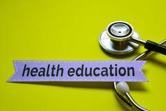 Educación sanitaria del primer con la inspiración del concepto del estetoscopio en fondo amarillo imagen de archivo