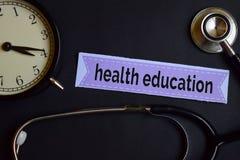 Educación sanitaria en el papel de la impresión con la inspiración del concepto de la atención sanitaria despertador, estetoscopi foto de archivo libre de regalías