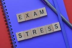 Educación, tensión del examen en el cuaderno foto de archivo