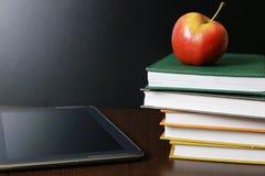 Educación una manzana y libros fotos de archivo