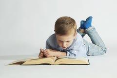 Educación y concepto de la escuela pequeño muchacho del estudiante con el libro Fotografía de archivo libre de regalías