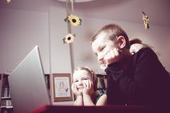 Educación y diversión Niños con el profesor que juega a juegos en sala de clase Fotos de archivo libres de regalías