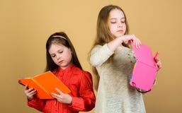 Educación y literatura de los niños Cuento de hadas preferido Las hermanas escogen los libros para leer juntas Las muchachas ador foto de archivo libre de regalías