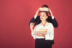Educaci?n en d?a del conocimiento Libro de la gram?tica de la lecci?n y de la lectura de la literatura Pila del libro del control imagen de archivo