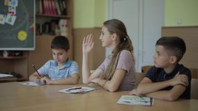 Educaci?n, escuela primaria Aprendizaje y concepto de la gente - grupo de niños de la escuela con las plumas y de cuadernos que e almacen de video