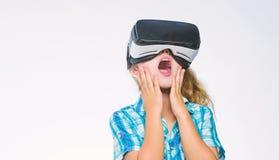 Educaci?n virtual para el alumno de la escuela Consiga la experiencia virtual Concepto de la realidad virtual Ni?o lindo de la mu foto de archivo libre de regalías