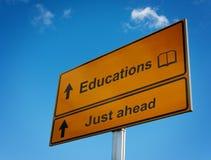 Educación de la señal de tráfico apenas a continuación. Fotografía de archivo