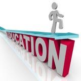 Educación - el hombre monta la flecha sobre palabra Imagen de archivo
