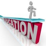 Educación - el hombre monta la flecha sobre palabra Imagen de archivo libre de regalías
