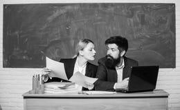 Educador de la escuela con el ordenador port?til y el principal con los documentos Programa educativo Educaci?n escolar Prep?rese fotografía de archivo libre de regalías