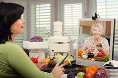 Educador de la nutrición que trabaja en línea Fotografía de archivo libre de regalías