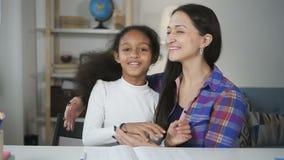 Educador huging y feliz risa con el estudiante joven almacen de video